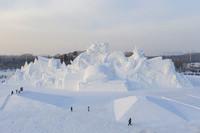 """12月25日拍摄的本届""""雪博会""""主塑《华夏神龙》,长116米,高33米,用雪量达3.5万立方米(无人机照片)。"""
