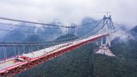 12月29日,随着最后一块桥面板吊装完成,河闪渡乌江特大桥顺利合龙(无人机照片)。