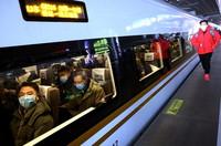12月30日,G8316次列车在上海虹桥火车站准备发车。