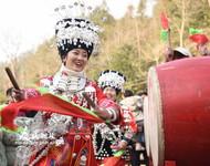 村民在打花鼓。(2020年12月30日摄)