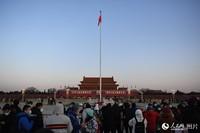 数万市民和游客齐聚天安门广场,共同见证2021年首场升国旗仪式。人民网记者 翁奇羽摄