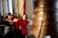 2021年1月1日,小朋友们在上海环球金融中心94层观光厅撞钟祈福。