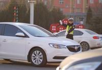 2021年1月1日,河北省邢台市内丘县公安交通警察大队民警在路口指挥交通。新华社发(刘继东 摄)