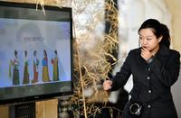 2021年1月1日,天津博物馆的工作人员在给参加活动的小朋友和家长讲述汉服文化。新华社记者 李然 摄