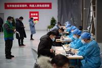 2021年1月2日,在北京市朝阳区朝阳规划艺术馆设立的临时接种点,接种人员在填写新型冠状病毒灭活疫苗接种知情同意书。新华社记者 陈钟昊 摄