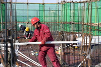 1月2日,施工人员在肥西县上派镇馆驿锦绣家园安置点施工。