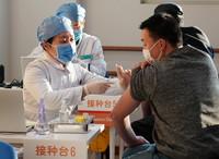 2021年1月3日,在位于北京市西城区广安门外街道红莲社区卫生服务站的接种点,医护人员为接种人员注射疫苗。新华社记者 张晨霖 摄