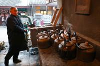 2021年1月3日,安徽省濉溪县临涣镇一茶馆的工作人员在烧开水。