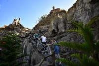 游客在位于海南省儋州市的莲花山景区游玩(2020年12月29日摄)。新华社记者 郭程 摄