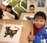 2021年1月4日,在浙江省诸暨市陶朱街道三都农民画馆,三都小学美术社团的学生展示自己学画的生肖牛。