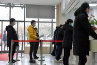 2021年1月4日,在江西省人民医院红谷滩院区,前来接种新冠疫苗的人员排队登记。