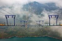 1月5日,在进行主缆架设的瓮开高速开州湖特大桥被云雾环绕。