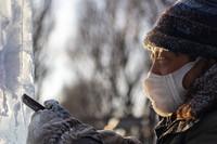 冰雕师在哈尔滨斯大林公园创作冰雕作品(2020年12月31日摄)。