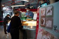 1月5日,在新马路澳门邮政总局,市民选购牛年生肖邮票。新华社记者 张金加 摄