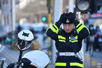 1月6日,在北京长椿街路口,西城区交通支队民警李宁准备上岗执勤。新华社记者 彭子洋 摄