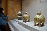 1月5日,参观者在观赏铜镀金甪端香薰和錾珐琅镶玉葫芦瓶(左)。