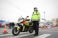 1月6日,在沈阳市皇姑区塔湾街昆山西路疫情管控区域出入口,交警在严寒天气中执勤。