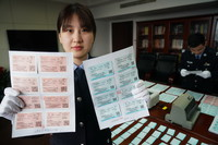 1月6日,在南京站派出所,民警展示缴获的假火车票。