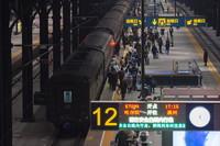 2021年1月6日,旅客在哈尔滨站登上K7039次列车。