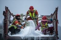 1月7日,工作人员在开展撒盐除冰作业。