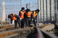 1月8日,沈阳电务段沈阳信号车间工作人员在沈阳火车站附近进行例行巡检。