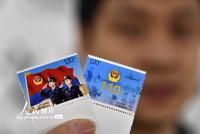 2021年1月8日,济南市邮政分公司员工展示《中国人民警察节》纪念邮票。
