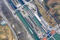 1月10日,船舶有序通过三峡五级船闸(无人机照片)。新华社发(郑家裕 摄)