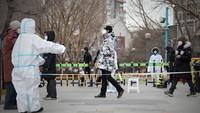 1月11日,在沈阳市于洪区怒江北街一处核酸检测点,工作人员组织市民有序进入核酸检测点。新华社记者 姚剑锋 摄
