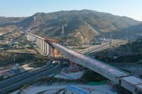 1月12日,新建福厦铁路青口特大桥2-100米T构梁转体成功(无人机照片)。