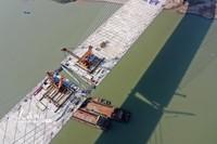 2021年1月12日,在四川省宜宾三江新区盐坪坝长江大桥建设现场,随着最后一根钢梁的横梁缓缓放下,经过近4天的施工,大桥主桥主跨钢梁顺利合龙。