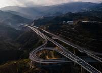 这是1月13日拍摄的云南省墨临高速公路昔归立交桥(无人机照片)。
