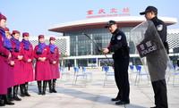 1月13日,重庆客运段乘务人员和重庆铁路公安处民警进行应急技能模拟演练。