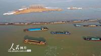 2021年1月14日,船舶在洪泽湖南线航道上有序航行。