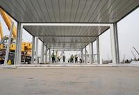 1月14日,工人在石家庄市集中隔离点建设工地组装集成房屋。新华社记者 杨世尧 摄
