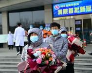 1月14日,在河北省胸科医院,治愈出院的新冠肺炎患者等车前往集中隔离点。