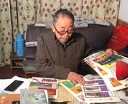 杨敏志在整理自己收藏的遵义会议会址门票(1月11日摄)。新华社记者 李惊亚 摄