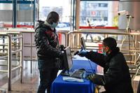 1月14日,工作人员在义乌国际商贸城入口处查验外商的健康码。