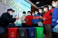 1月15日,在合肥市瑶海区胜利路街道红旗社区,环保宣传员在为孩子们讲解减少塑料污染和垃圾分类等环保知识。