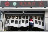 1月17日早晨,一位市民走入当日恢复开通的地铁塔湾街站。新华社记者 姚剑锋 摄