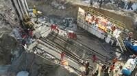 1月17日,救援人员在事故现场工作(无人机照片)。新华社记者 王凯 摄
