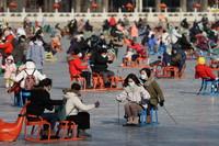 1月17日,市民在北京什刹海冰场体验冰上运动。
