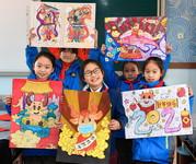 1月18日,吴兴区第一小学学生展示自己创作的年画。