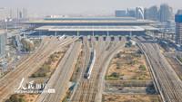 """2021年1月19日,一列""""复兴号""""动车组列车行驶在南京南站附近。"""