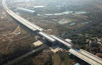 1月19日,107国道跨京广铁路转体桥成功完成转体(无人机照片)。