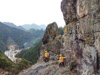 1月20日,巡守工张凯强(左)、钮意强攀登到山顶观测危石情况(无人机照片)。
