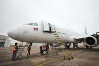 1月20日,在海口美兰机场,工作人员对柬埔寨澜湄航空的空客A320飞机进行定检工作。