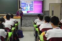 1月21日,中国农业大学附属中学初三年级学生在离校前进行疫情防控安全教育。