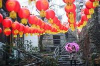 1月22日,茅塘古村内张灯结彩。