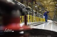 1月21日凌晨,地勤机械师正在精心维修动车组列车。