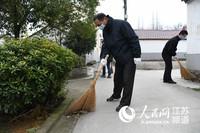 3.图为高淳区党员干部和志愿者走入乡村参与大扫除。杨军摄